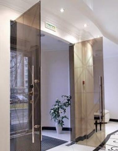 Стеклянные двухстворчатые двери