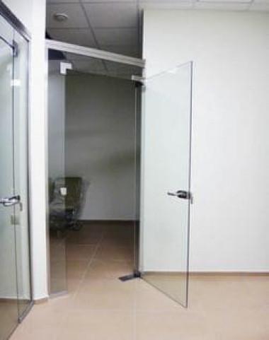Стеклянные перегородки с распашными дверьми