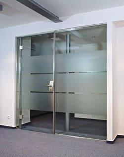 Стеклянные перегородки с дверьми в коробке